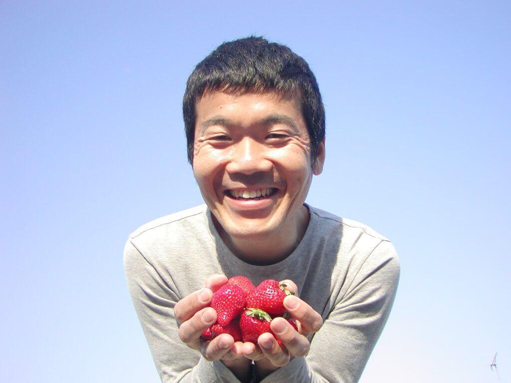 イチゴ(いちご・苺)をプランターで育てる4つのコツ_イチゴを持った畑さんの写真