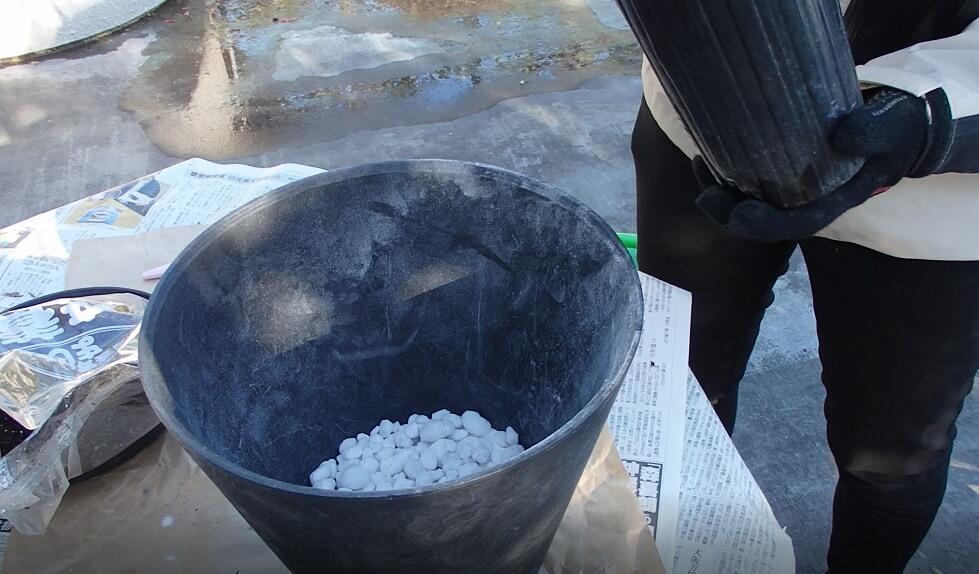 ブドウ苗の植え替え-鉢底石を入れた鉢の写真