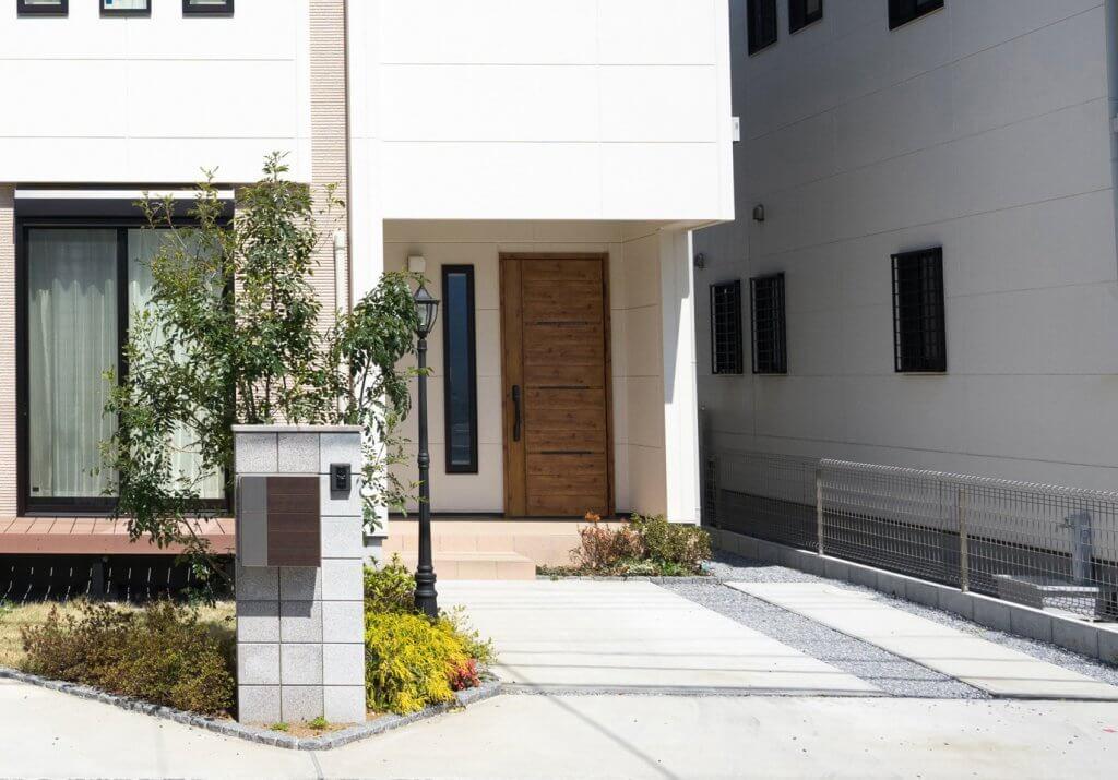 シンボルツリーが植えられている家のイメージ写真